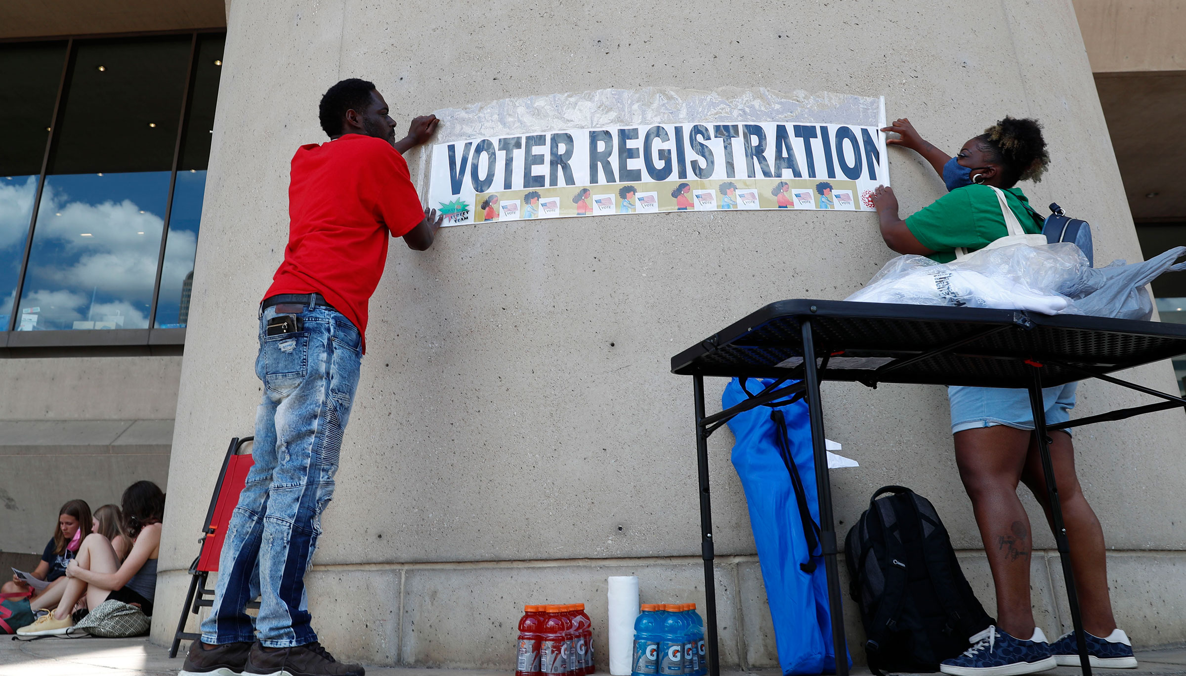 The new registration numbers of voters suggest momentum for Democrats